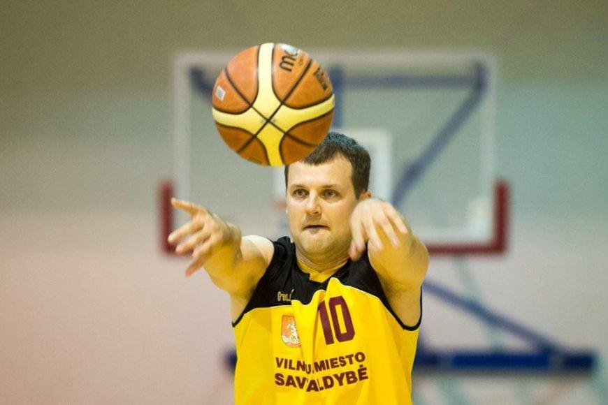 Gintautas Paluckas žaidžia krepšinį