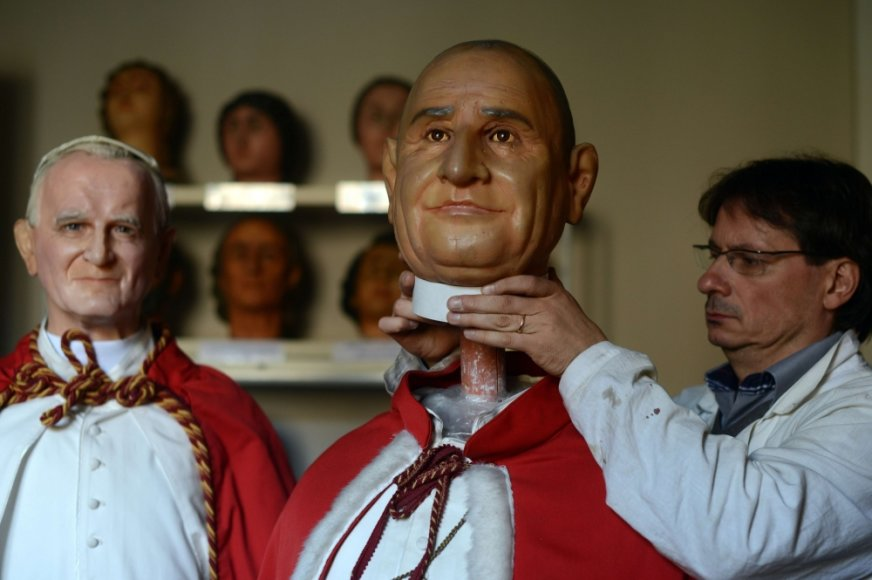 Būsimųjų šventųjų Jono XXIII ir Jono Pauliaus II vaškinės figūros