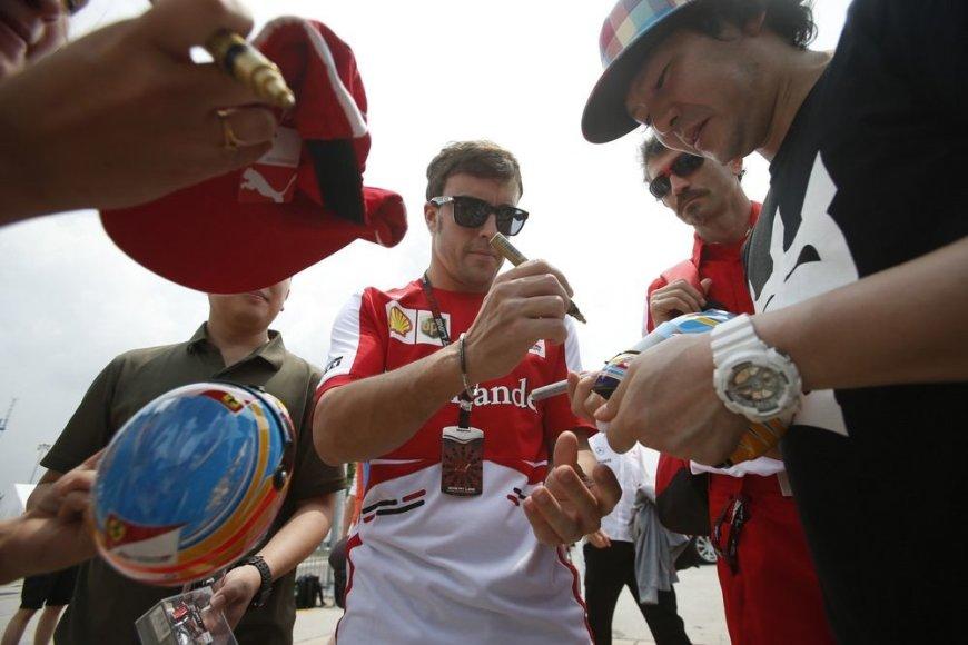 Gerbėjų apsuptas Fernando Alonso