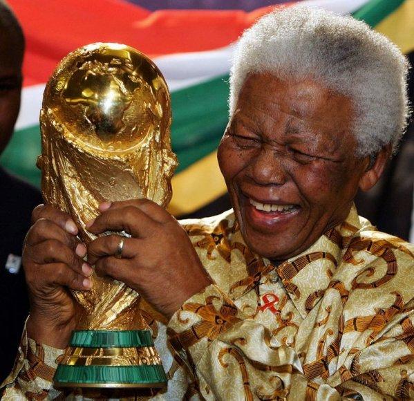 Nelsonas Mandela laiko FIFA Pasaulio futbolo taurės trofėjų (2010 m.)