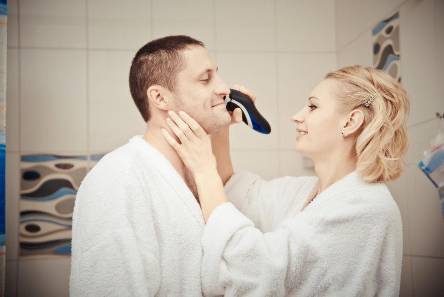 Moteris skuta vyrui barzdą