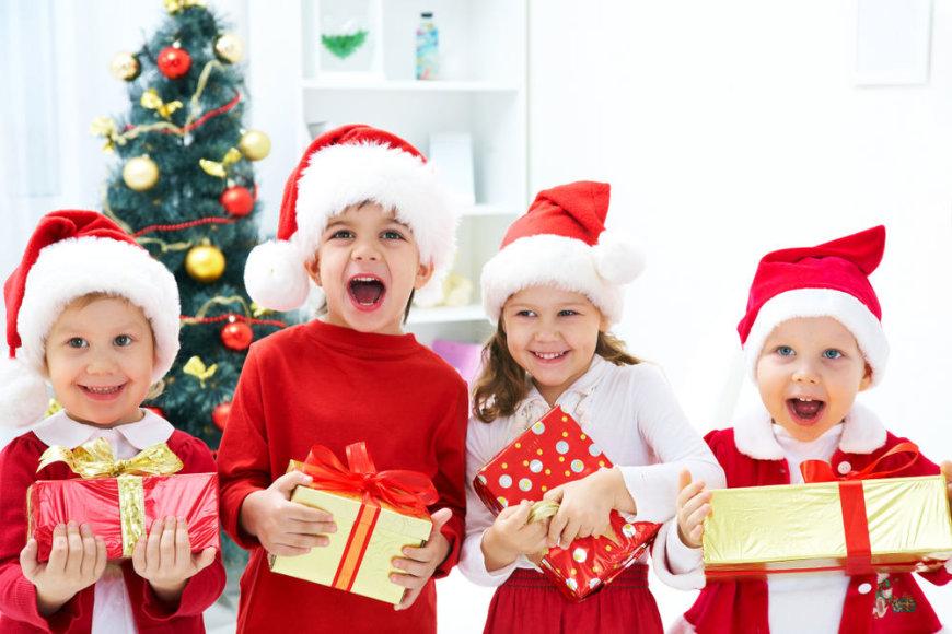 Vaikai džiaugiasi kalėdinėmis dovanėlėmis