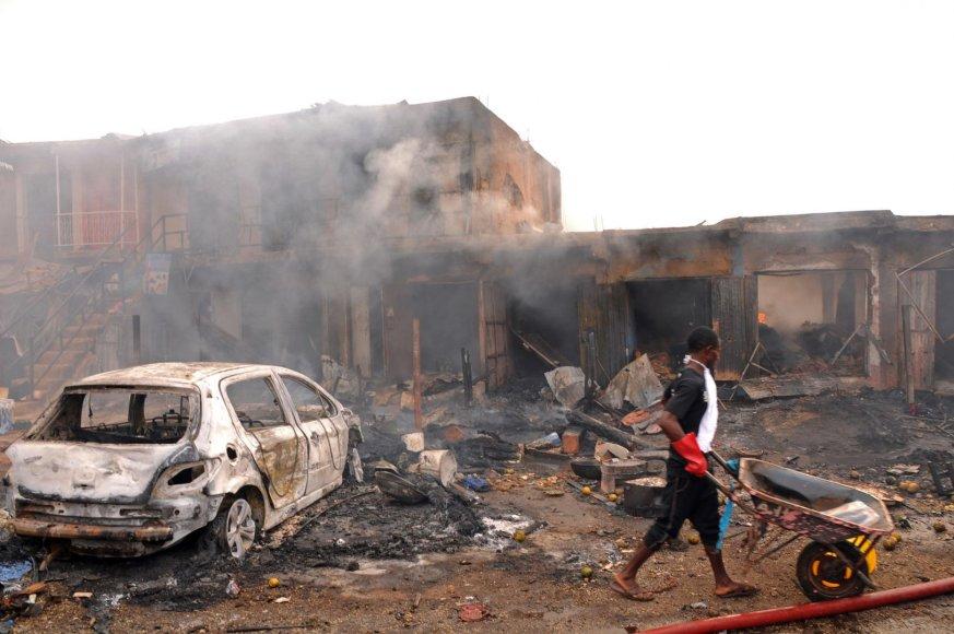 Sprogimo padariniai Džoso turgavietėje, Nigerijoje.