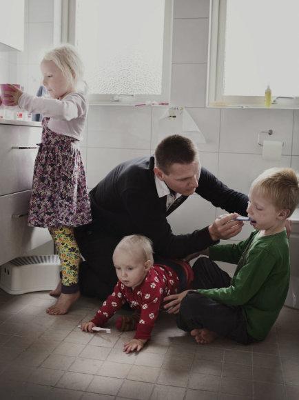 """Tėtis Johanas iš fotoprojekto """"Swedish Dads""""."""