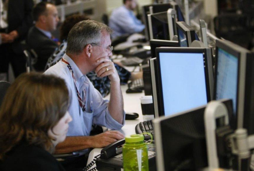Žmonės dirba su kompiuteriais