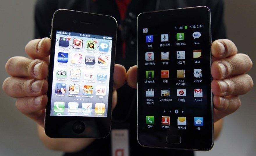 """Išmanieji telefonai """"iPhone 4"""" (kairėje) ir """"Galaxy S2""""."""
