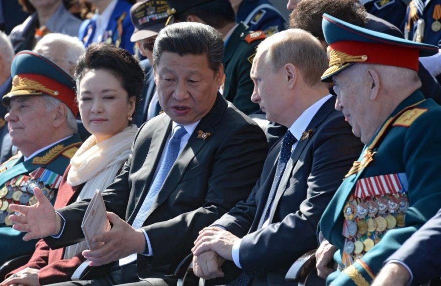 V. Putinas ir Kinijos prezidentas  Xi Jinpingas.Karinis paradas Maskvos Raudonojoje aikštėje 2015 m. gegužės 09 d.
