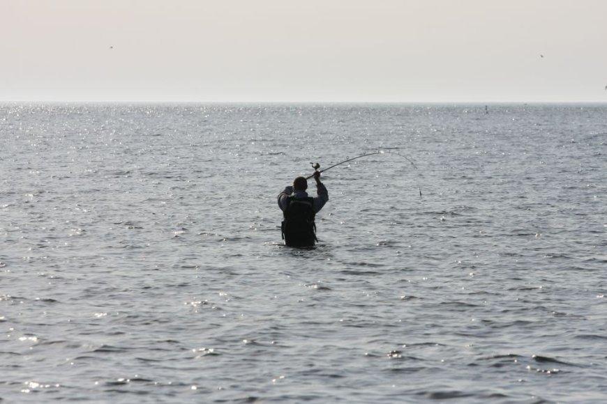 Žvejys jūroje traukia vėgeles