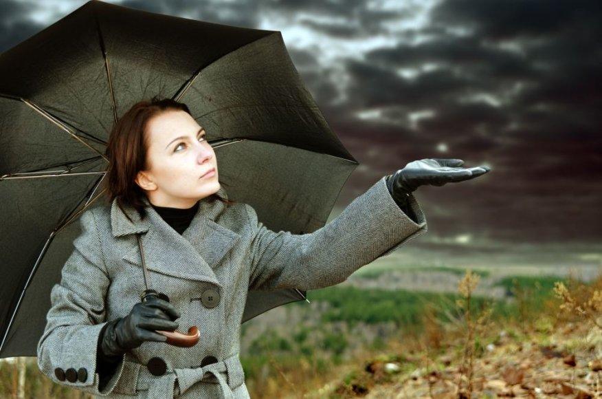Moteris lietuje
