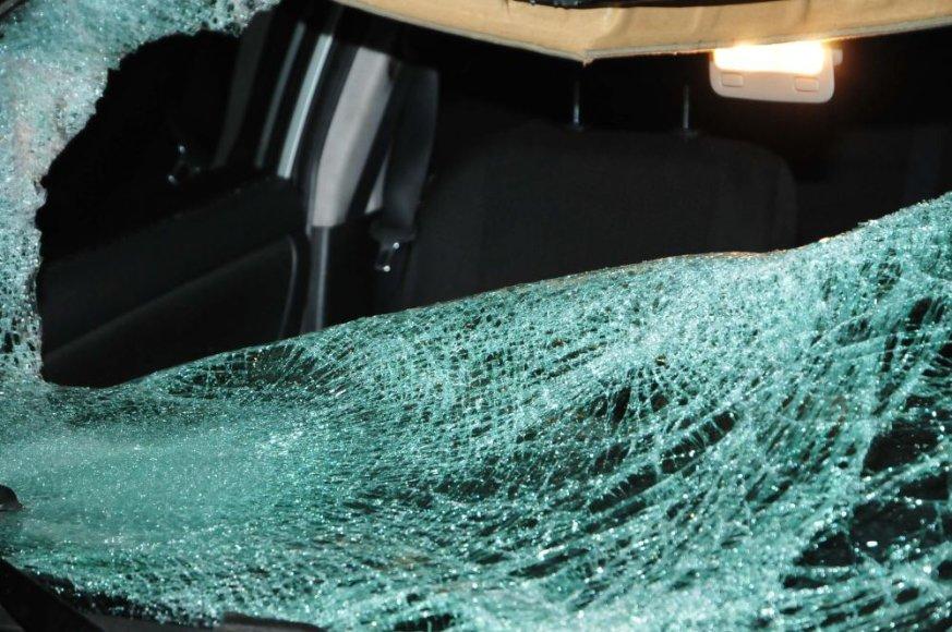 """""""Toyota Corolla"""" partrenkė kelio viduriu be atšvaito ėjusį vyrą"""