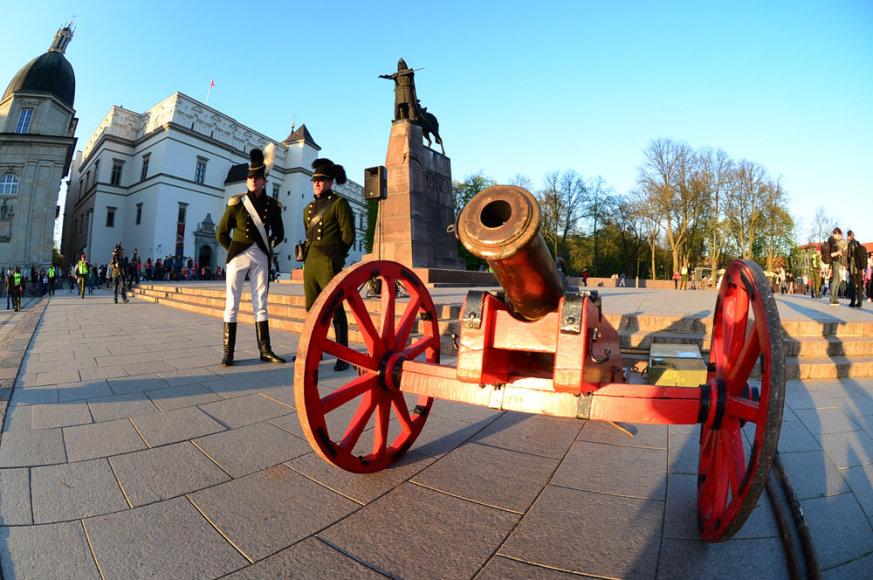 Katedros aikštėje – Lietuvos kariai, vilkintys istorines uniformas ir senoviniai pabūklai.