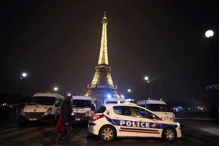 Policijos automobiliai prie Eiffelio bokšto