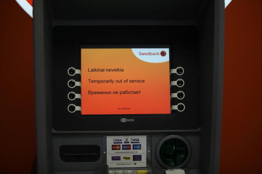 """Laikinai neveikiantis """"Swedbank"""" bankomatas"""