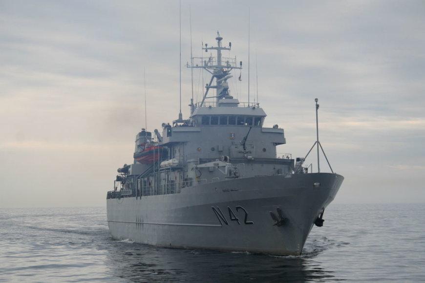 """Baltijos šalių karinių laivų junginiui (angl. Baltic Squadron, BALTRON) priskirtas Lietuvos Kariuomenės Karinių jūrų pajėgų (KJP) aprūpinimo laivas N42 """"Jotvingis""""."""