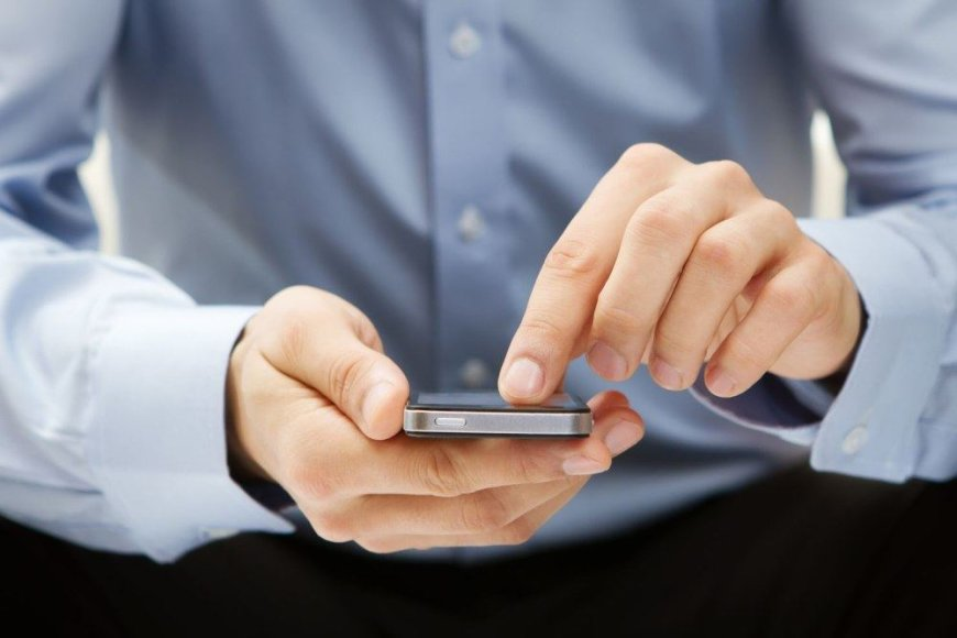 Žmogus naudojasi išmaniuoju telefonu