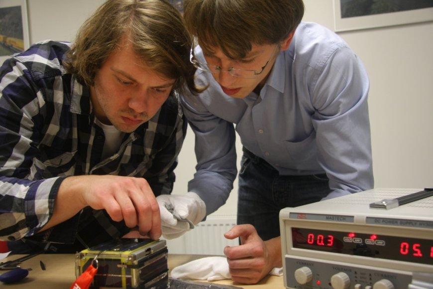 """""""LituanicaSAT-1"""" iniciatoriai Vytenis Buzas ir Laurynas Mačiulis apžiūri palydovą"""