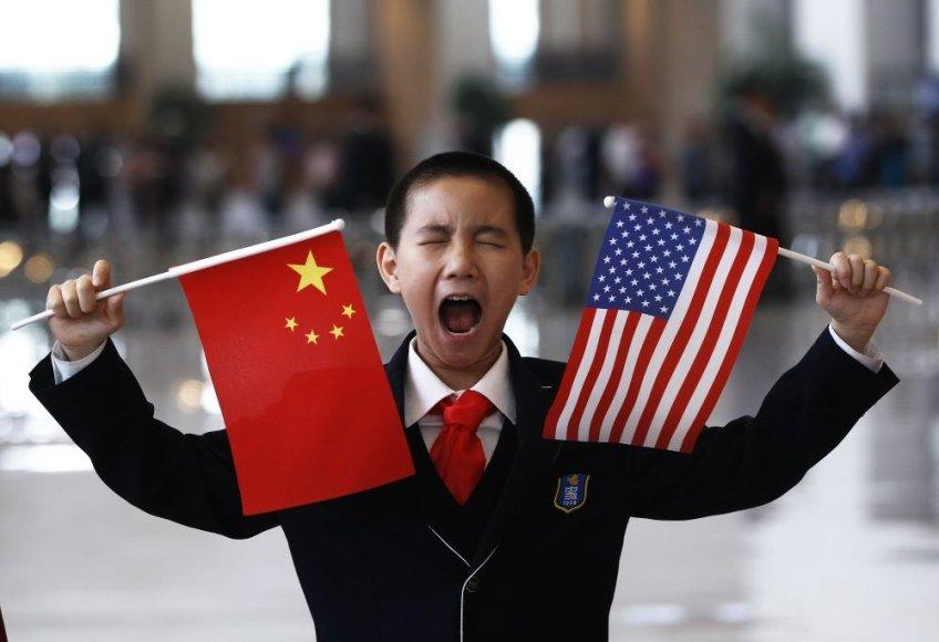 Berniukas laiko Kinijos ir JAV vėliavėles