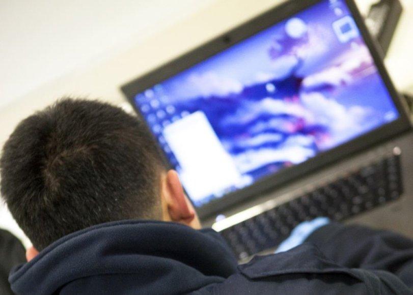 Žmogus naudojasi kompiuteriu