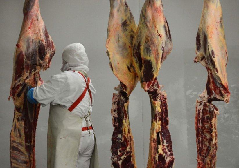 Darbuotojas mėsos perdirbimo fabrike