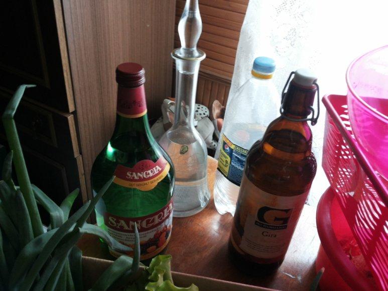 Alytiškio namuose rasta 10 litrų nelegaliai laikomo alkoholio – naminės