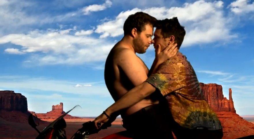Sethas Rogenas ir Jamesas Franco parodijuoja Kanye Westo klipą