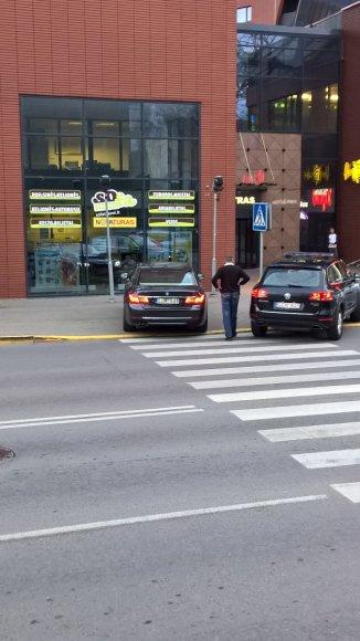 Premjerą atvežęs BMW vairuotojas automobilį pastatė ant pėsčiųjų perėjos.