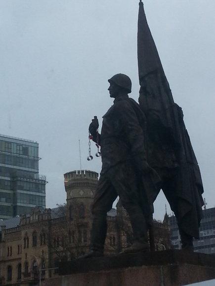 KGB antrankiai ant Žaliojo tilto skulptūrų