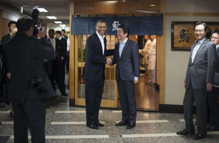 JAV prezidentas Barackas Obama sveikinasi su Japonijos premjeru Shinzo Abe