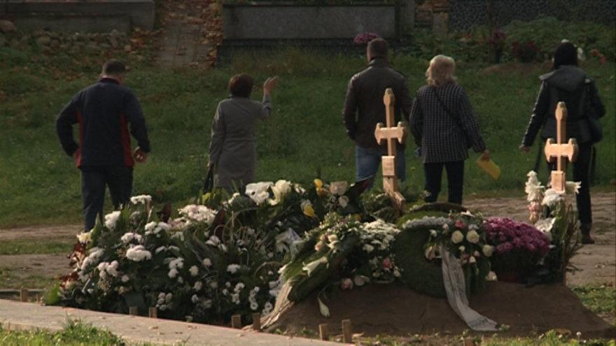 Po pradinės mokyklos langais - kapinės