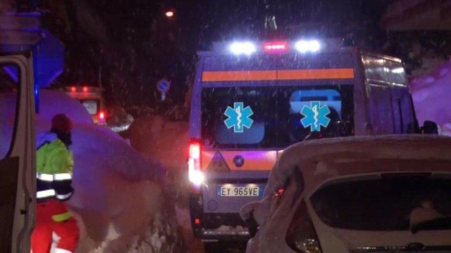 Žemės drebėjimo supurtytoje Italijoje lavina užgriuvo kalnų viešbutį