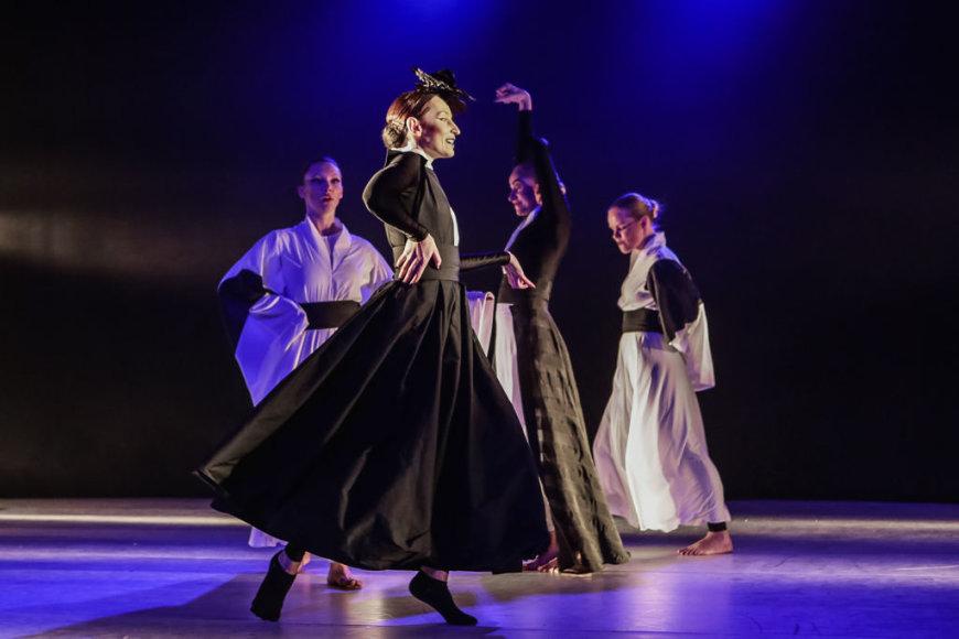 """Scena iš šokio teatro """"Padi Dapi Fish"""" spektaklio """"Pamirštų ir nežinomų princesių istorijos""""."""