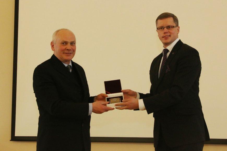 Kauno meras Andrius Kupčinskas prof. habil. dr. Juozui Vidui Gražulevičiui įteikia pirmąją Kauno miesto mokslininko premiją.
