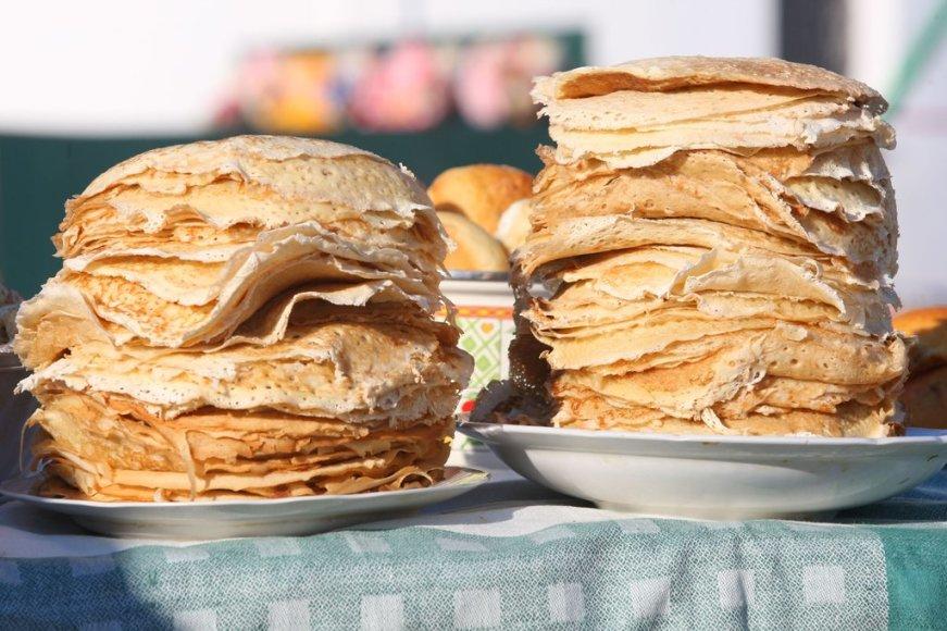 ITAR-TASS 01: SUZDAL, RUSSIA. FEBRUARY 24. Flat cakes on sale at Pancake week fair in Suzdal. (Photo ITAR-TASS / Vladimir Smirnov)
