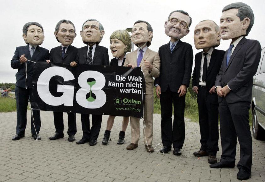 Näitlejad esitavad Põhja-Saksamaale G8 tippkohtumisele kogunevaid riigipäid. Venemaa president Vladimir Putin on paremalt teine, tema kõrval on Romano Prodi (Itaalia valitsusjuht) ja Stephen Harper (Kanada peaminister, paremalt esimene).