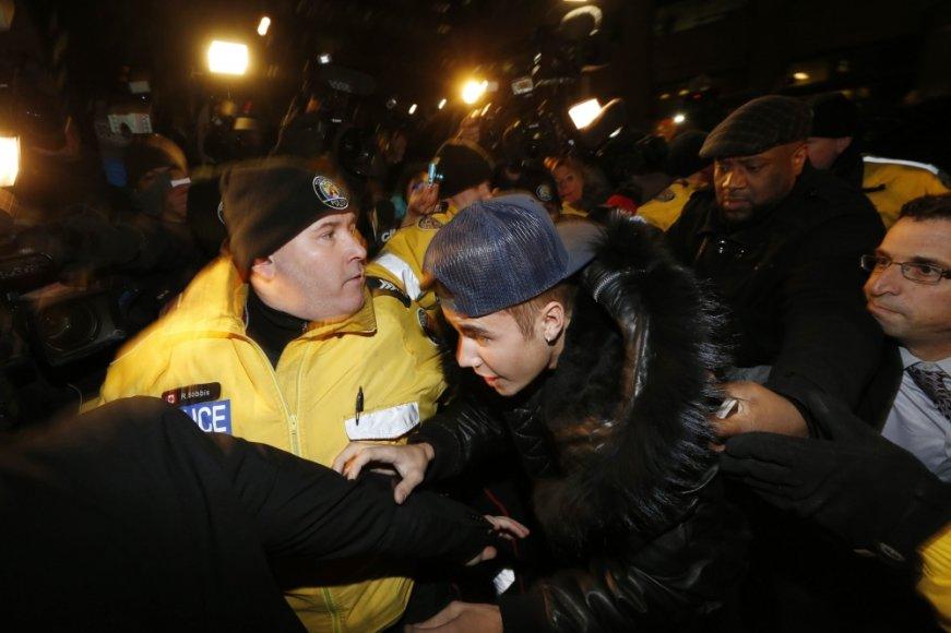 Justinas Bieberis atvyksta į policijos nuovadą Toronte