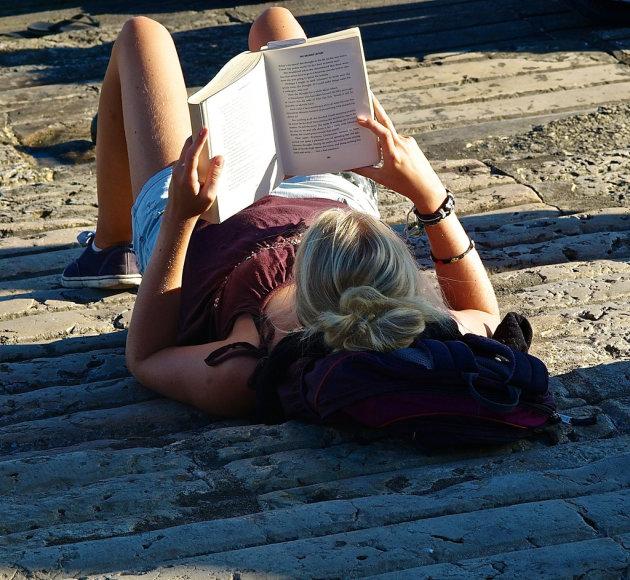 Kodėl skaityti atsigulus yra žalinga?
