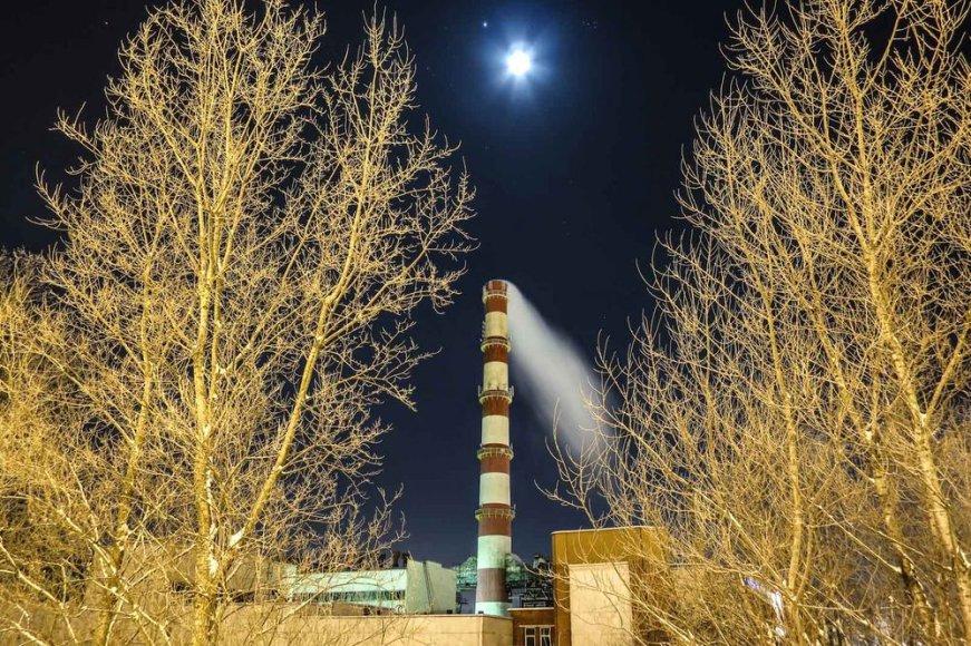 Dangaus skliaute – rūkstančių kaminų piešiniai