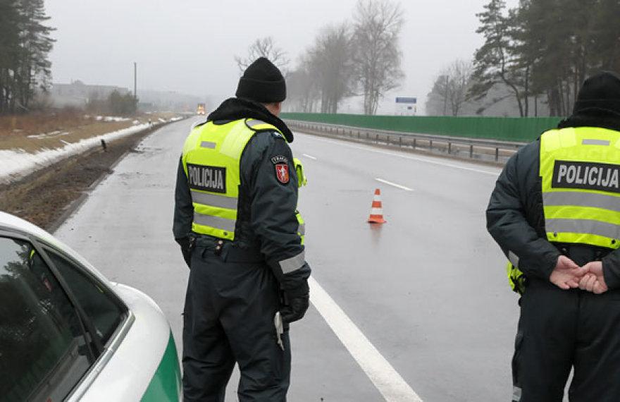 Policijos patrulis užmiesčio kelyje