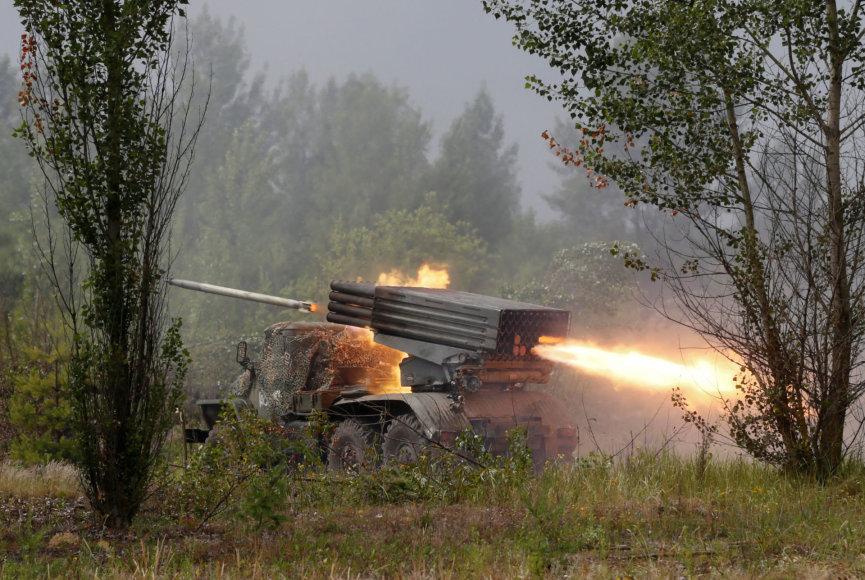 """Ukrainos artileristai šaudo iš raketinės sistemos """"Grad"""" per mokymus"""