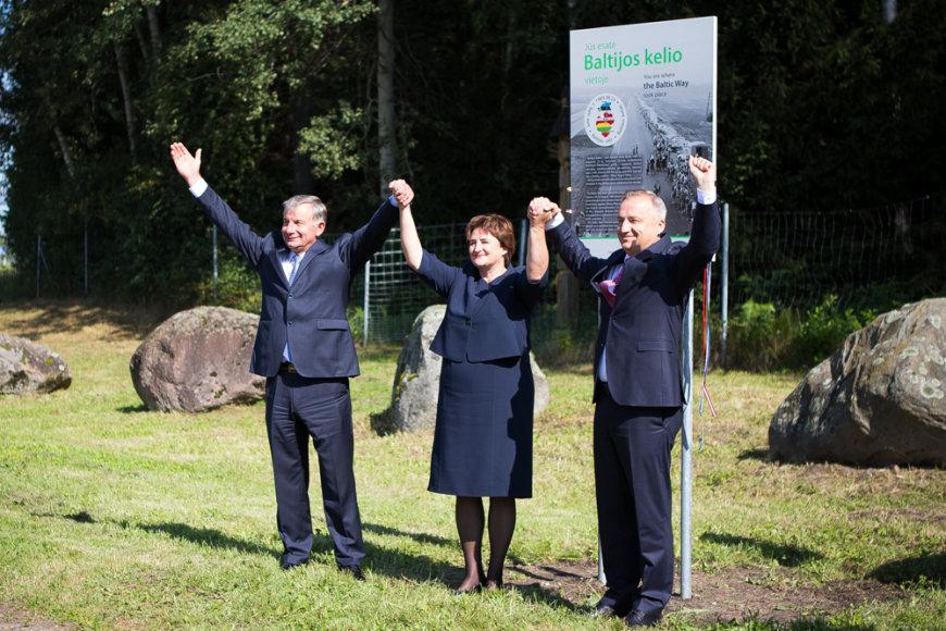 Seimo pirmininkė Loreta Graužinienė kelyje Vilnius–Panevėžys atidengė Baltijos kelio atminimą simbolizuojantį informacinį stendą.