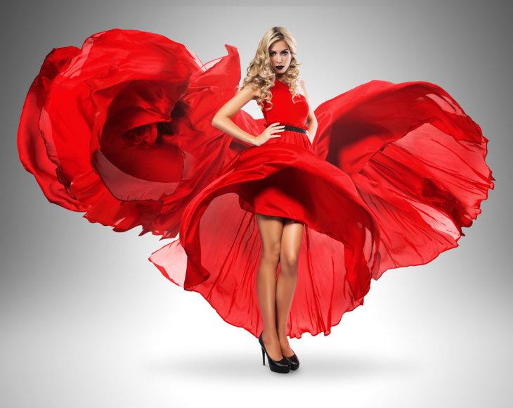 Moteris raudona suknele.