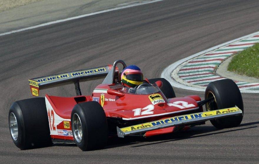 Jacquesas Villeneuve'as vairuoja savo tėvo, žuvusio prieš 30 metų, bolidą