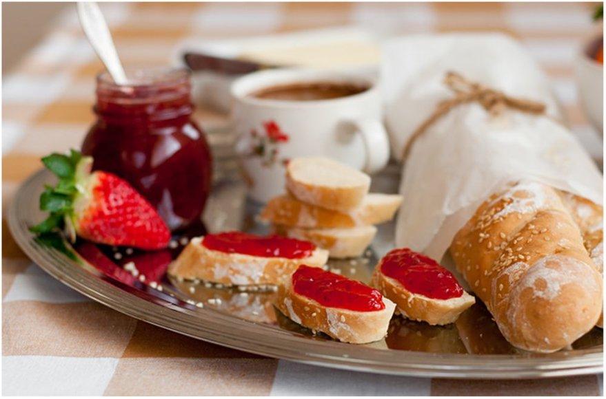 Saldus pusryčių sumuštinis su prancūziška duona