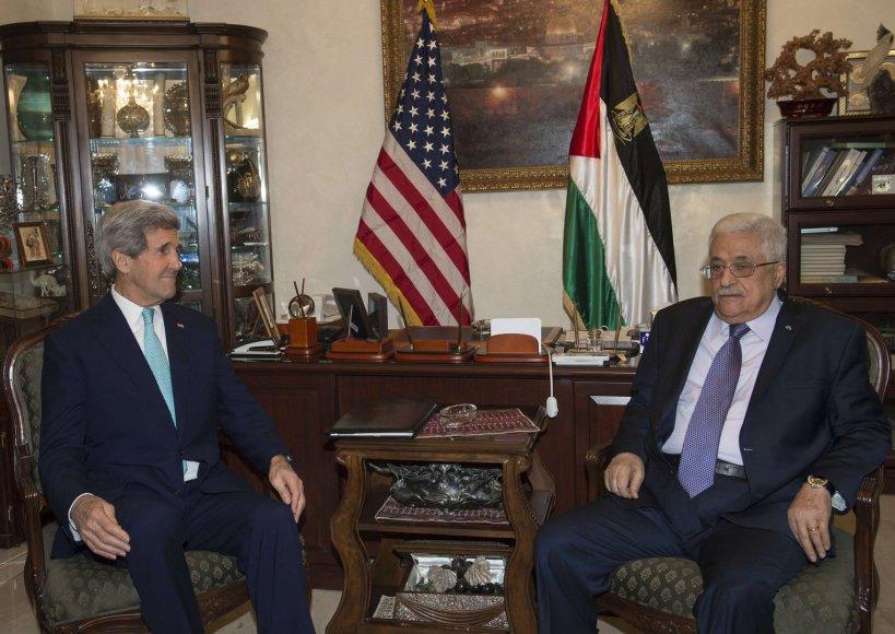 JAV valstybės sekretorius Johnas Kerry su palestiniečių lyderiu Mahmudu Abbasu