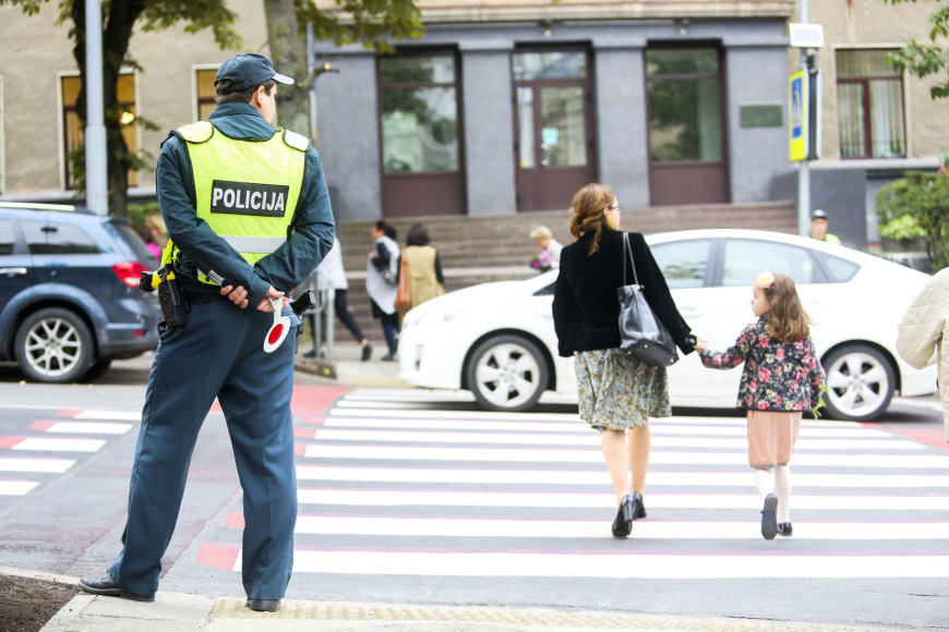 Policininkai budi prie pėsčiųjų perėjos per rugsėjo 1-ąją