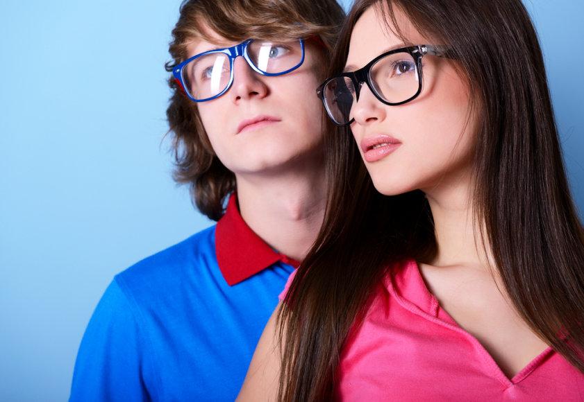 Jaunuoliai su akiniais.