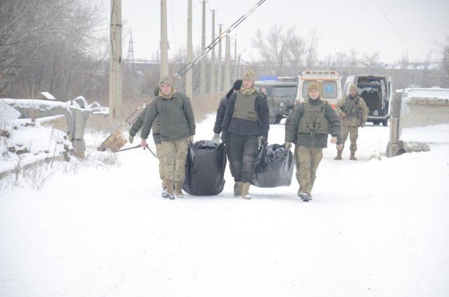 Ukrainos kariai neša Svetlodarsko rajone žuvusių karių kūnus