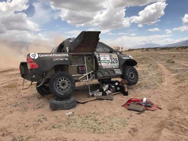 """""""Toyota Hilux"""" sankabos remontas Dakaro ralio metu"""