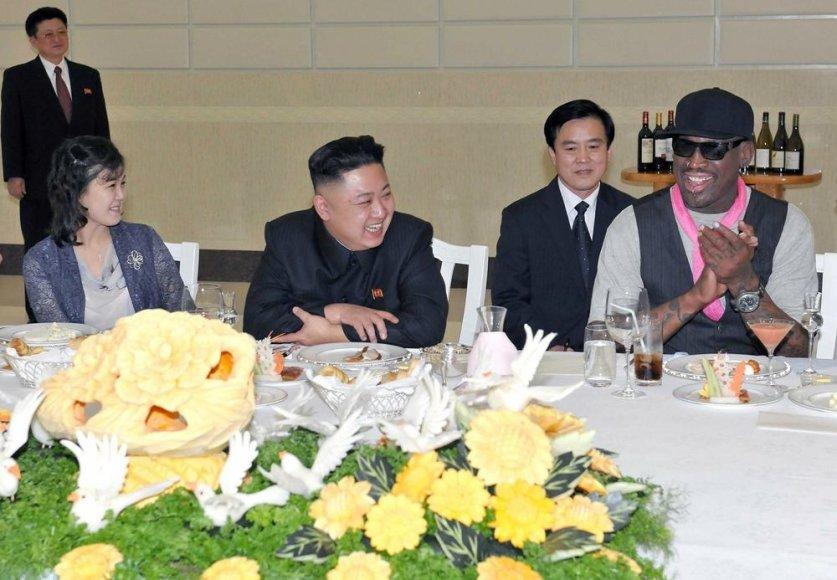 Šiaurės Korėjos lyderis Kim Jong Unas su žmona Ri Sol-Ju ir krepšininku Dennisu Rodmanu (dešinėje)