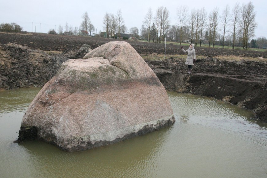Veršių kaime atkastas milžiniškas akmuo